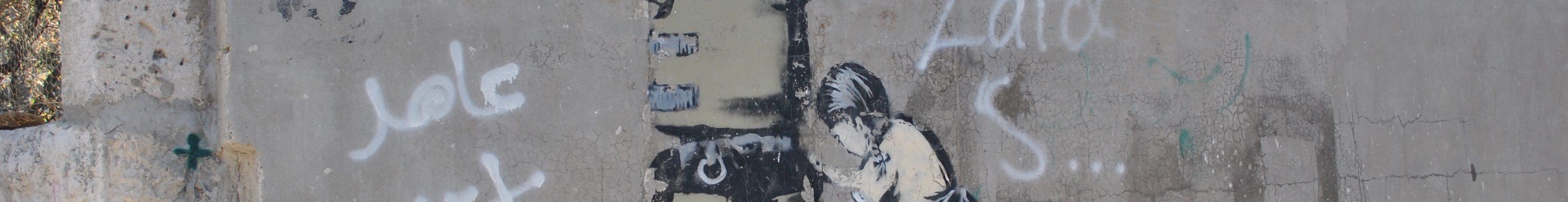 En målning på en mur av en flicka som kroppsvisiterar en israelisk soldat