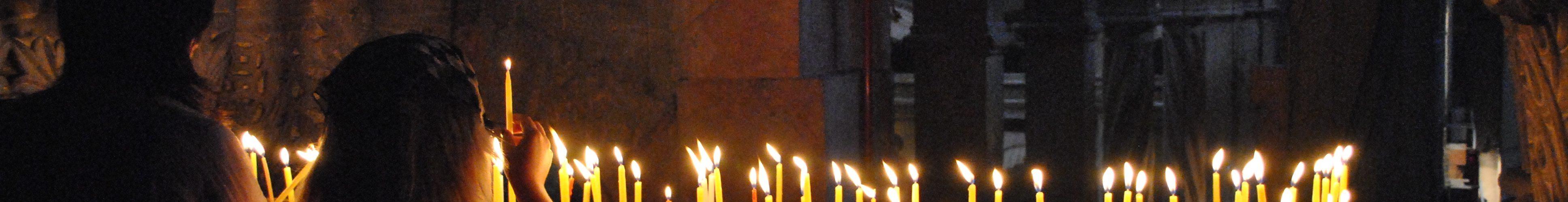 Två personer tänder ljus i uppståndelsekyrkan, Jerusalem